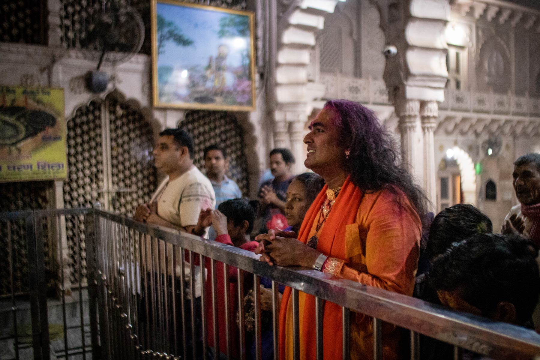 guruji-praising-the-deities