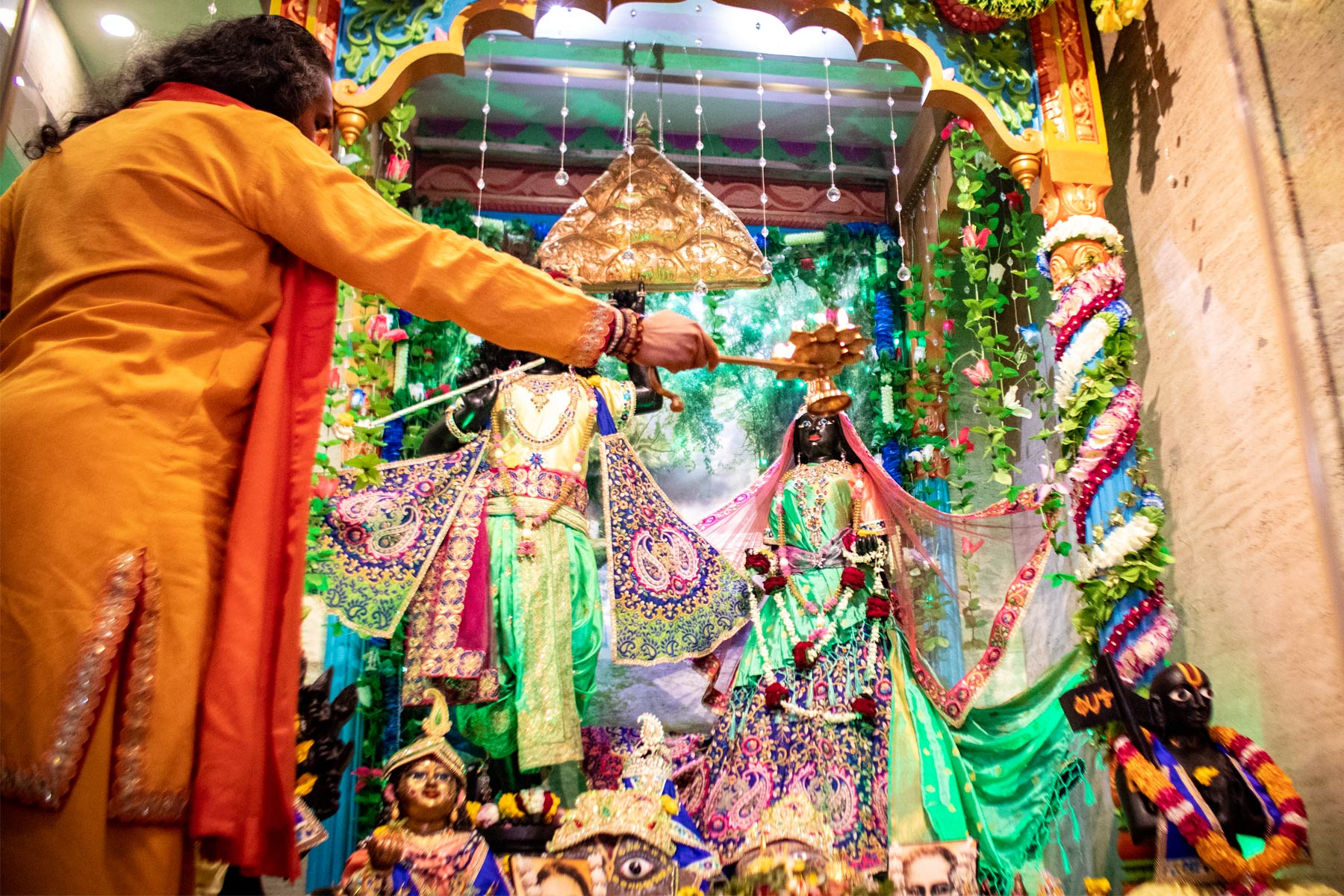 paramahamsa-vishwananda-doing-arati-at-shree-giridhar-dham