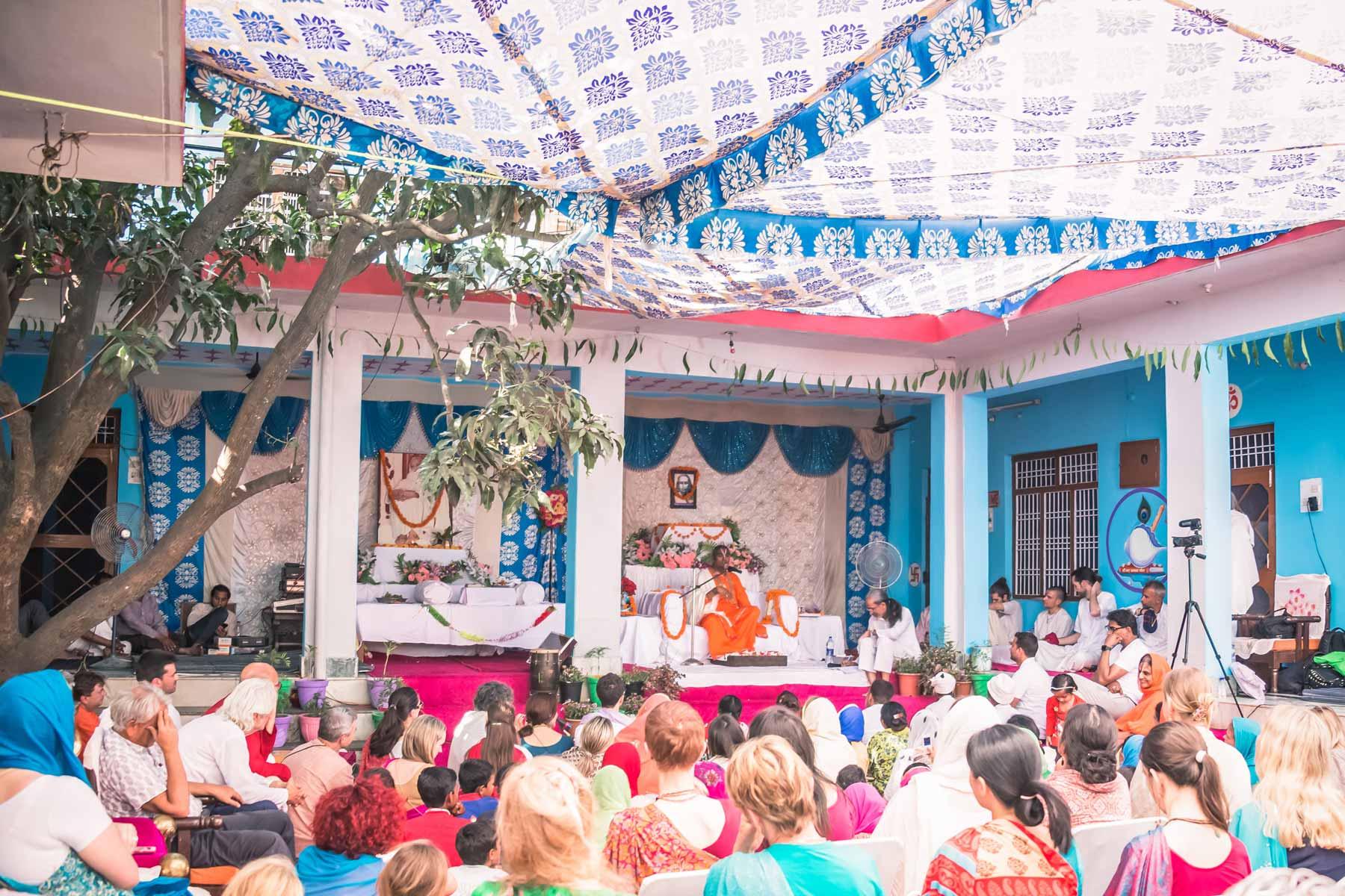 paramahamsa-vishwananda-giving-satsang