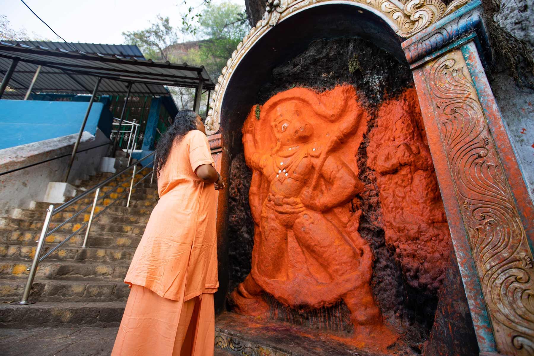 paramahamsa-vishwananda-praying-to-lord-varaha
