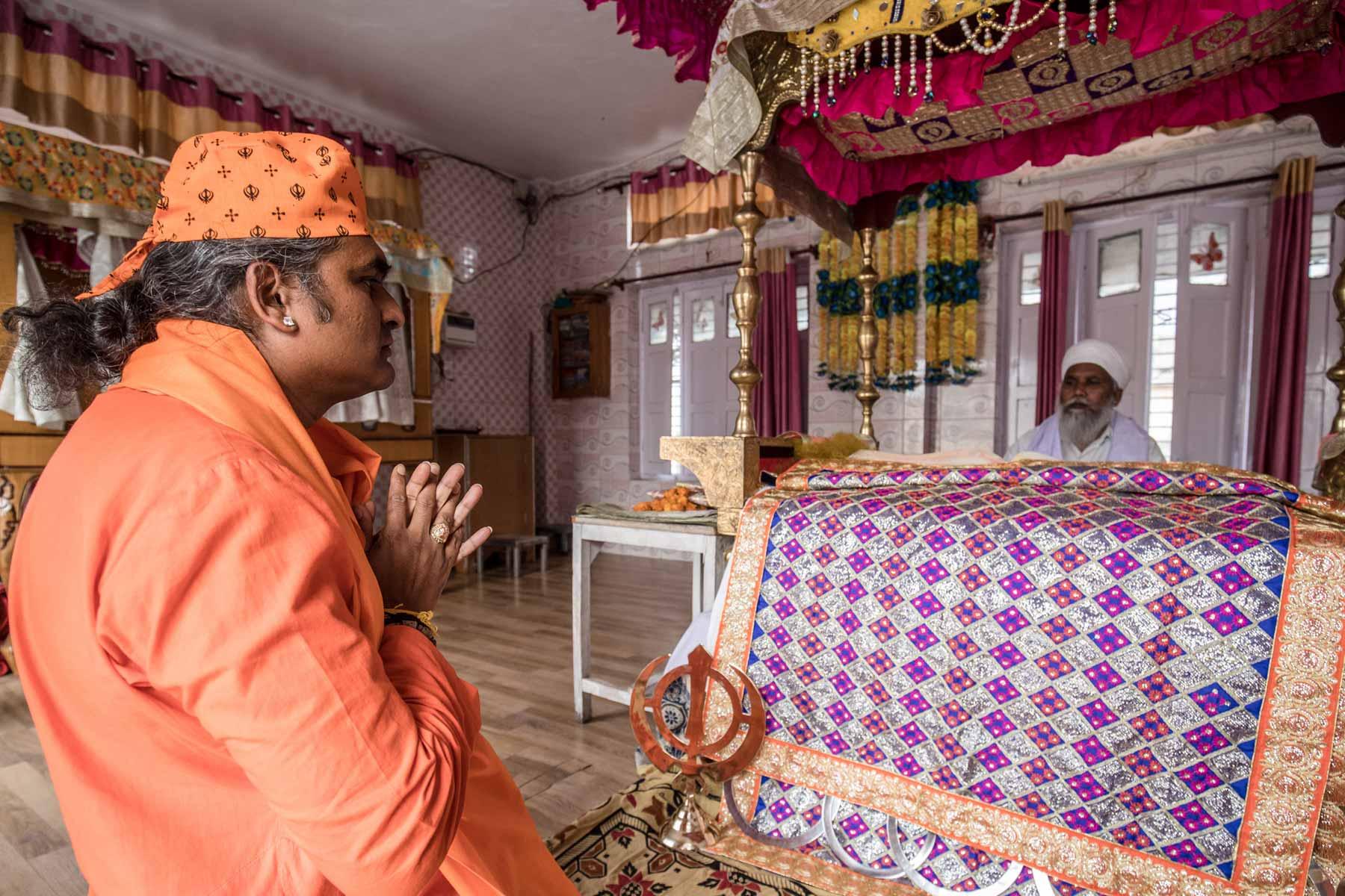 paramahamsa-vishwananda-praying-to-samadhi-of-a-saint