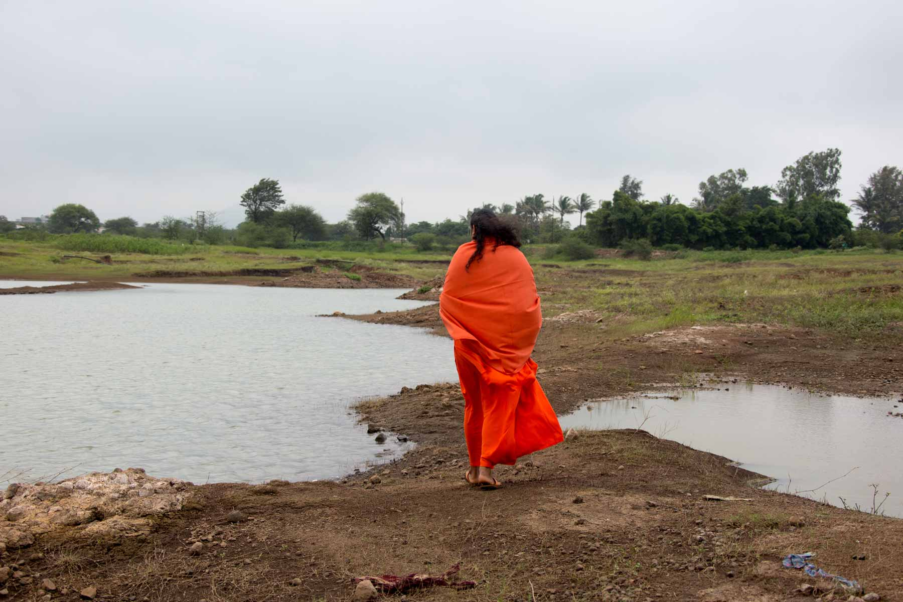paramahamsa-vishwananda-walking-in-silence