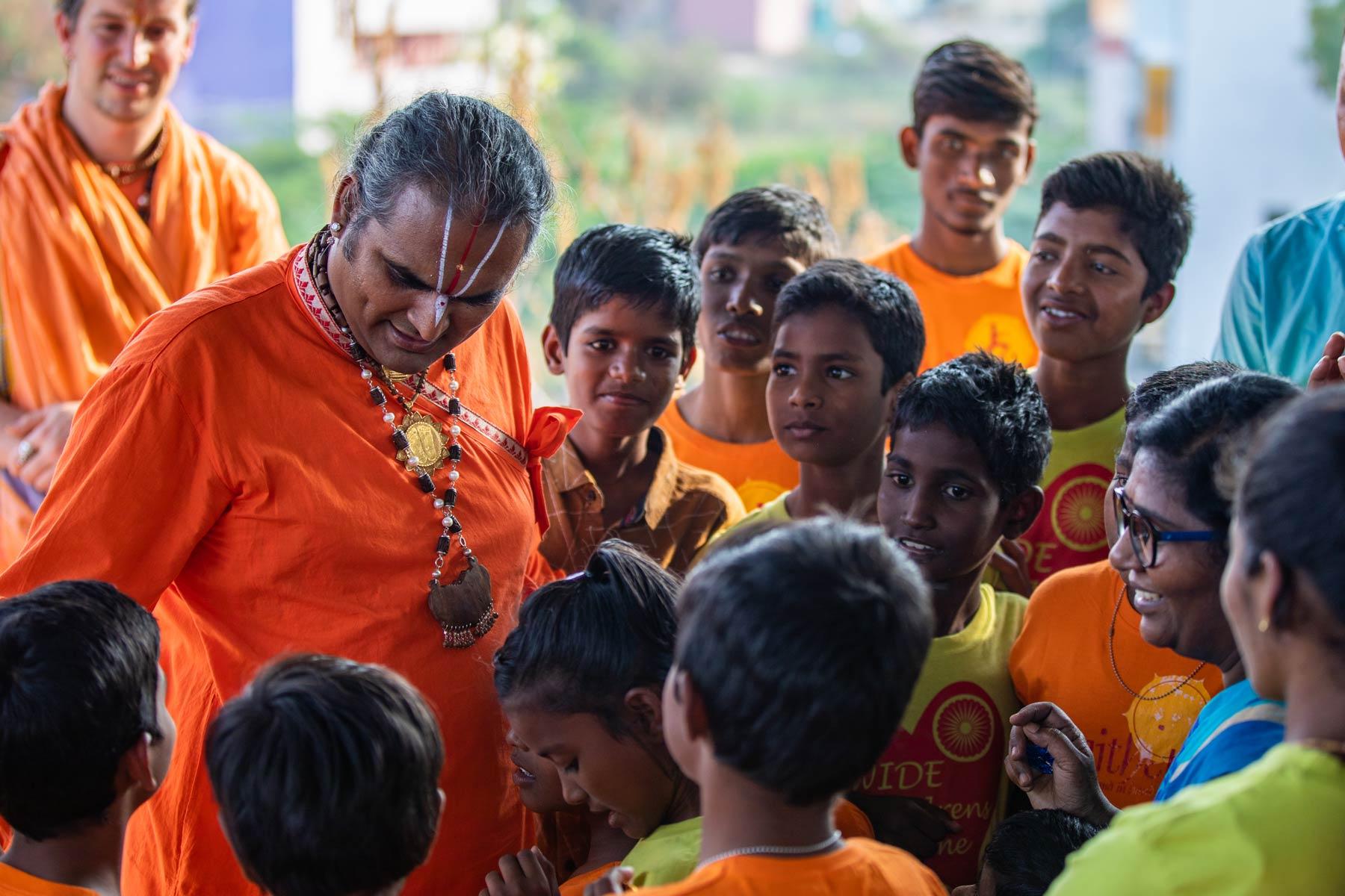 paramahamsa-vishwananda-with-children